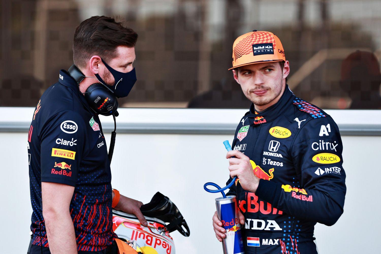 La tête des mauvais jours pour Max Verstappen à Bakou