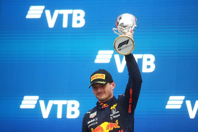 Max Verstappen brandit son trophée sur le podium du Grand Prix de Russie 2021.