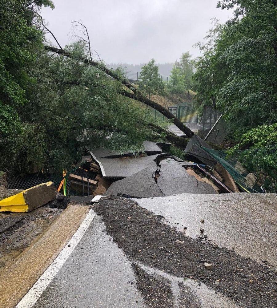 La route menant au paddock s'est effondrée