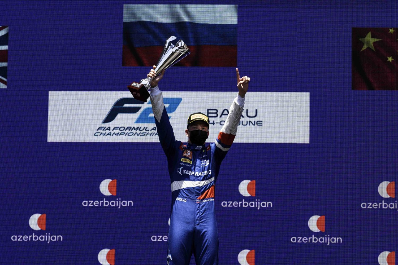 Le Russe remporte la première victoire de sa saison.