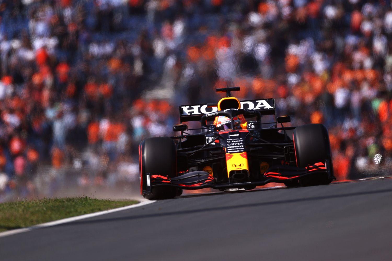 Max Verstappen au volant de sa Red Bull RB16B, sur le circuit de Zandvoort.