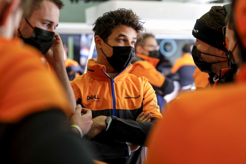 Lando Norris dans le garage de l'équipe McLaren à Imola en début de saison !