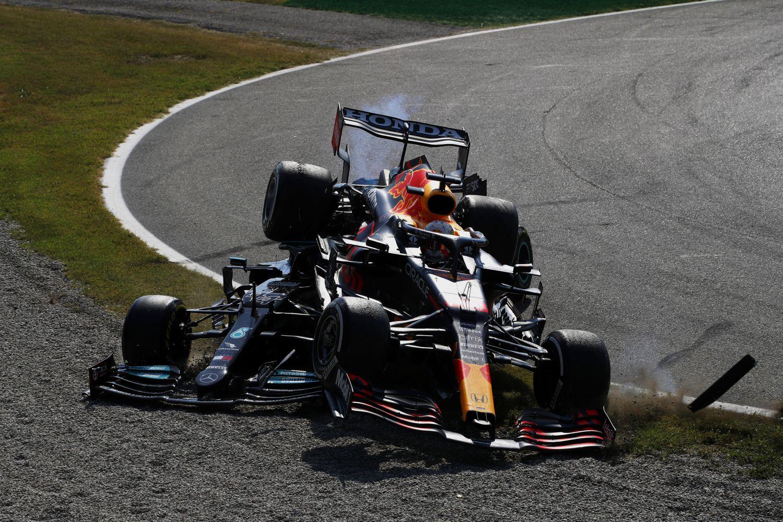 La Mercedes de Lewis Hamilton sous la Red Bull de Verstappen à Monza au deuxième virage