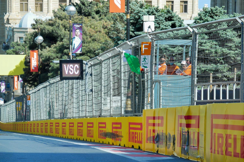 La cabane du poste des commissaires de piste surelevée à Bakou pour être visible des pilotes