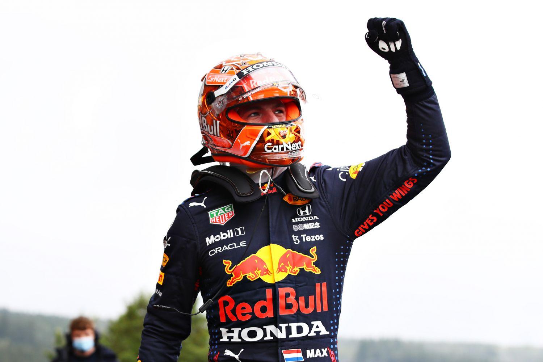 Max Verstappen se joue des éléments et conquiert sa neuvième pole position.