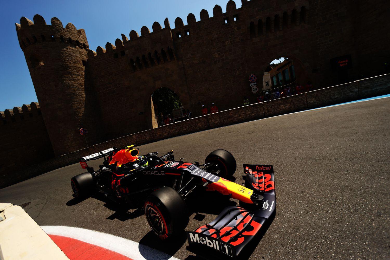Pérez remporte ce Grand Prix d'Azerbaïdjan 2021 et monte sur un podium insolite !!!