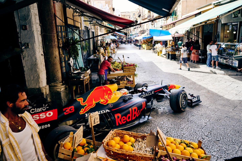 La RB7 de Verstappen dans le marché de Palerme