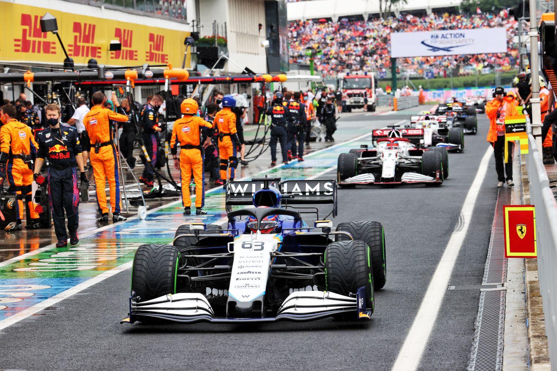 Russel rentre au stand juste avant le second départ où Hamilton reste en piste.