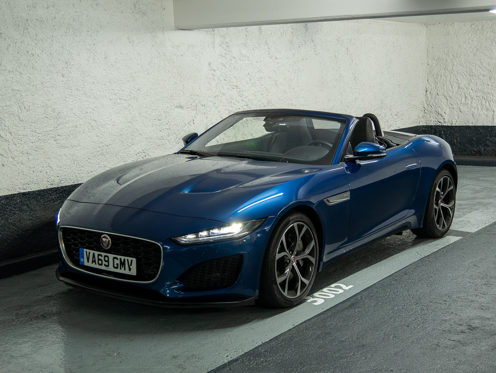 Jaguar F-Type P300 - ¾ avant parking